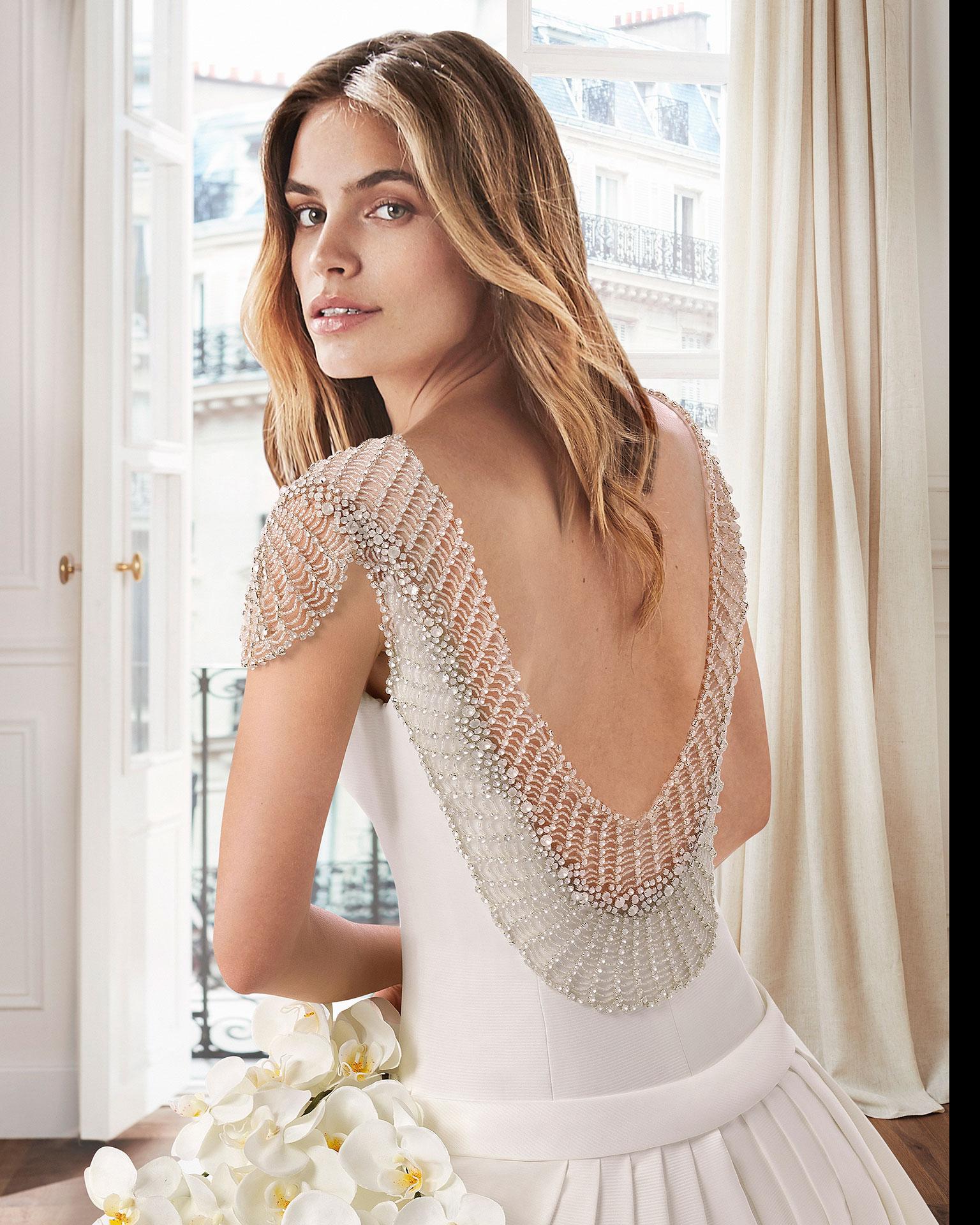 Vestido de novia estilo clásico línea A en otomán. Escote barco y espalda joya. Disponible en color natural. Colección  2019.